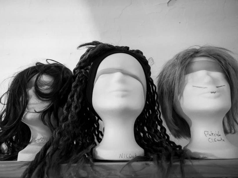 <p>Drei Perrücken auf Puppen</p>