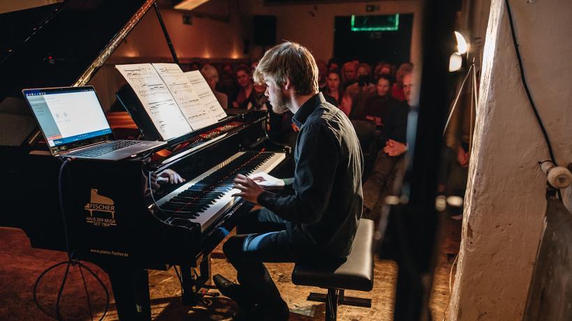 <p>Pianist Luca Pfeifer bei der Entgleisung im Club.</p>