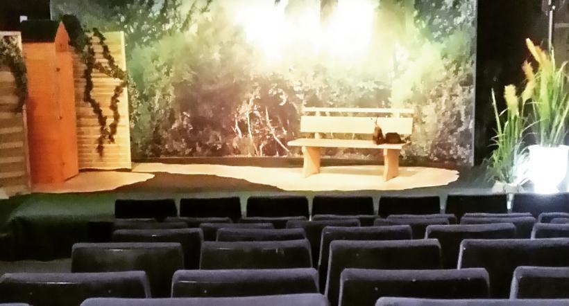 <p>Bühne mit Sitzreihen</p>
