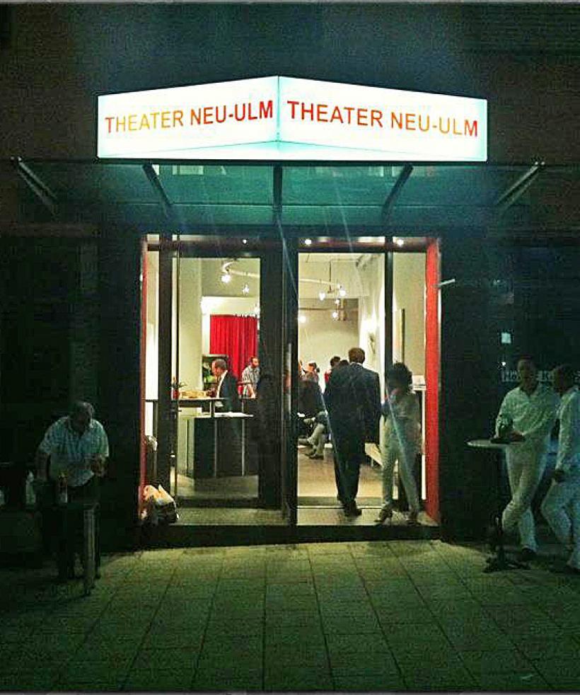 <p>Eingang und Foyer Theater</p>
