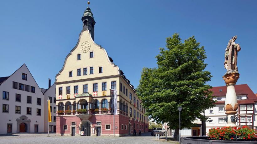 <p>Das 1612/1618 errichtete Schwörhaus auf dem Weinhof. Im Gewölbesaal im Erdgeschoss wird die stadtgeschichtliche Dauerausstellung präsentiert.</p>