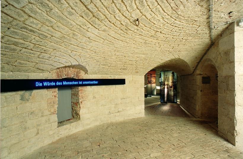 <p>Eingangsbereich der KZ-Gedenkstätte Oberer Kuhberg</p>