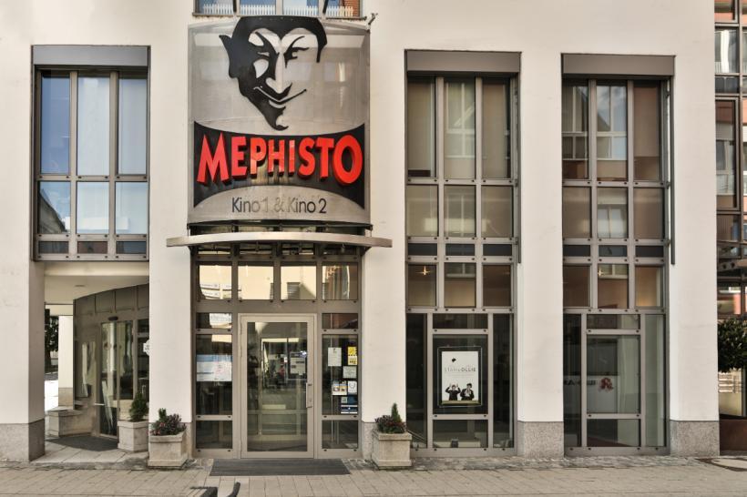 <p>Vorderansicht des Gebäudes mit Eingang und Logo.</p>