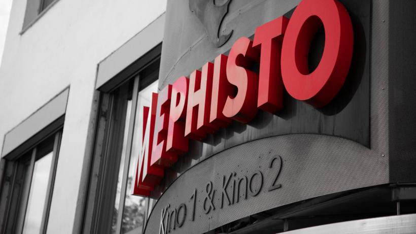 <p>Mephisto Logo über dem Eingang.</p>